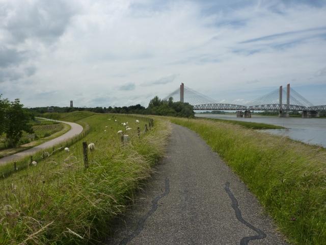 Kerktoren en spoorbrug Zaltbommel