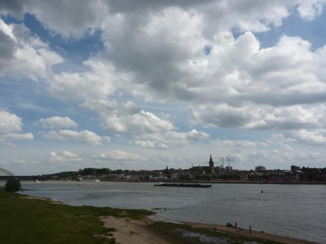 Stadsgezicht Nijmegen vanaf de brug