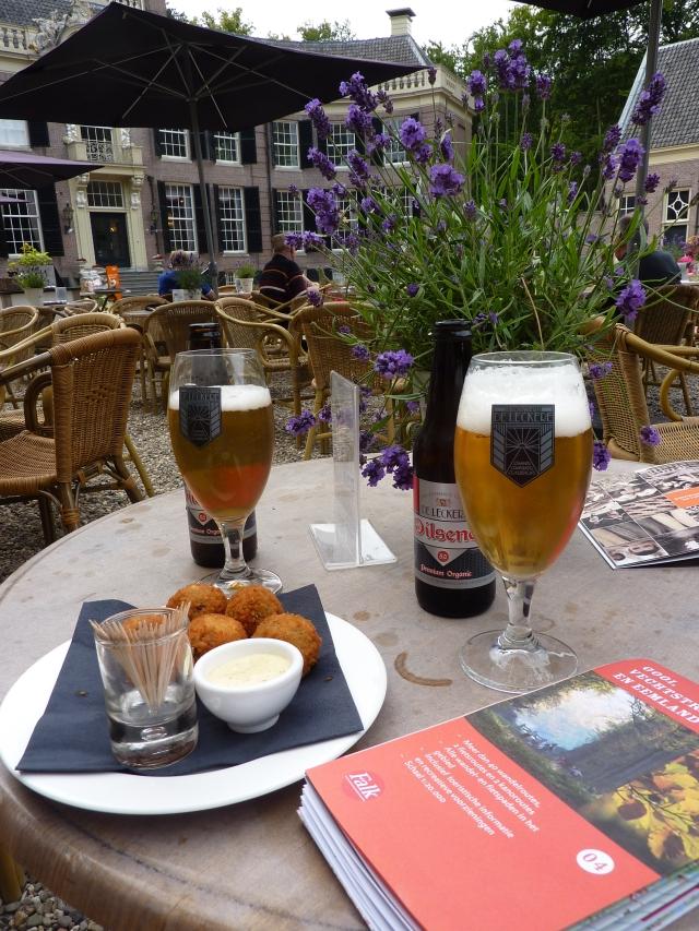 Bier & bitterballen bij Grand Café Groeneveld