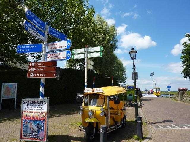 Eemdijk, fietsborden en pontje