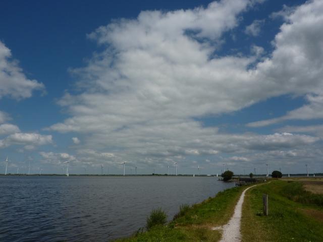 Zicht op het Eemmeer en windturbines aan de overkant, vanaf de Eemdijk