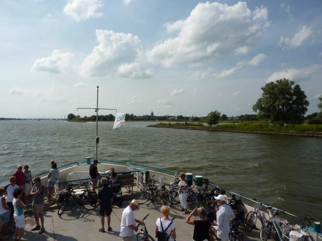 Zicht op Gorinchem vanaf de veerboot vanaf Woudrichem